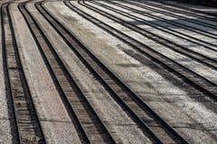 La larga cola del tren de ferrocarril múltiple sigue vacío sin los trenes en trainyard foto de archivo