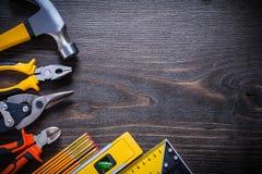 La latta delle pinze delle pinze taglia la squadra del martello da carpentiere Fotografie Stock
