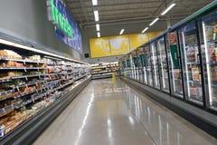 La latteria e fozen il corridoio dell'alimento nei risparmi sugli alimenti Fotografia Stock