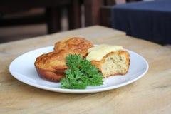 La latteria ed il glutine al forno domestici liberano i muffin fotografia stock