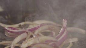 La lattuga cade su una griglia calda della torrefazione archivi video