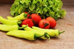 La lattuga, i pomodori ed i peperoni sono disposti insieme in una ciotola sulla a Immagine Stock Libera da Diritti