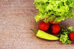 La lattuga, i pomodori ed i peperoni sono disposti insieme in una ciotola sulla a Immagini Stock Libere da Diritti