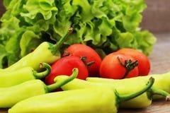 La lattuga, i pomodori ed i peperoni sono disposti insieme in una ciotola sulla a Fotografia Stock