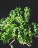 La lattuga verde va su un fondo del muro di mattoni bianco, alimento sano fresco dell'insalata sul tavolo da cucina, derisione de fotografia stock libera da diritti