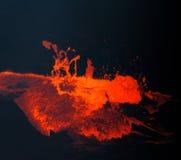 La lava caliente, roja, fundida burbujea a la superficie en Hawaii