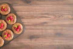 La lava deliziosa del cioccolato agglutina con i lamponi e le foglie di menta freschi nella pentola del ferro fotografie stock