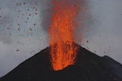 La lava fundida entra en erupción de Stromboli Sicilia imagenes de archivo