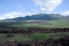 La lava negra oscila la línea la orilla en Keanae en el camino a Hana en Maui, Hawaii Imágenes de archivo libres de regalías