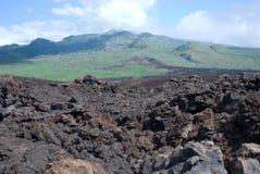 La lava negra oscila la línea la orilla en Keanae en el camino a Hana en Maui, Hawaii Fotografía de archivo libre de regalías