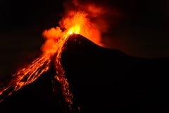 La lava sale a borbotones de entrar en erupción el volcán de Fuego en Guatemala Foto de archivo libre de regalías
