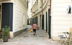 La lavadora de ventana femenina camina en la ciudad vieja Bratislava, Eslovaquia imágenes de archivo libres de regalías