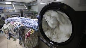 La lavadora lava el lino blanco almacen de video