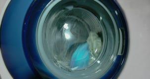 La lavadora lava la ropa almacen de metraje de vídeo