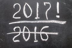 La lavagna con l'anno calcola 2016 e 2017 Fotografia Stock Libera da Diritti