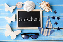 La lavagna con la decorazione marittima, Gutschein significa il buono Fotografie Stock Libere da Diritti