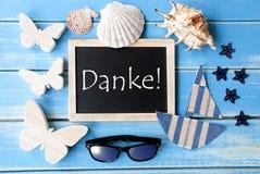 La lavagna con la decorazione marittima, mezzi di Danke vi ringrazia Fotografia Stock