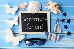 La lavagna con la decorazione marittima, Sommerferien significa le vacanze estive Fotografie Stock Libere da Diritti