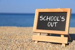 La lavagna con la scuola fuori manda un sms a immagine stock