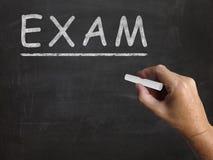 La lavagna dell'esame mostra la prova di valutazione e illustrazione vettoriale