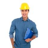 La lavagna per appunti felice della tenuta dello studente di ingegneria di costruzione è smil Immagini Stock