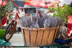 La lavanda agrupa la venta en un mercado francés al aire libre Fotos de archivo libres de regalías