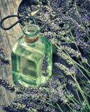 La lavanda de Dreied florece con aceite y tijeras herbarios St del vintage Imagenes de archivo
