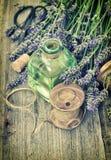 La lavanda florece el ramo con aceite herbario y herramientas caseras S retro Imágenes de archivo libres de regalías