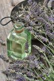 La lavanda florece el ramo con aceite y tijeras herbarios Alternati Fotos de archivo
