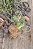 La lavanda florece el ramo con las herramientas herbarias del aceite y del vintage Imagenes de archivo