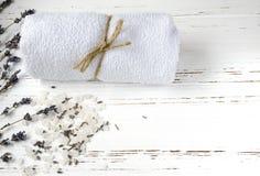 La lavanda seca florece con el jabón, la toalla y la sal del mar en el vintage wo imagen de archivo