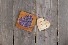 La lavande dans la boîte en forme de coeur en bois et le tangram déconcertent dans la forme de coeur Photos stock