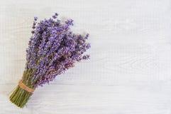 La lavande fraîche fleurit sur l'espace libre en bois blanc de fond de table Image libre de droits