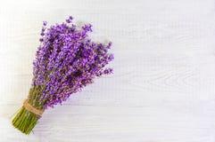 La lavande fraîche fleurit sur l'espace libre en bois blanc de fond de table Photographie stock libre de droits