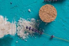 La lavande a séché des fleurs sur le blanc avec du sel de mer et les huiles essentielles dans des bouteilles L'espace pour le tex photo libre de droits