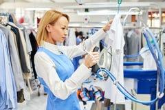 La lavanderia del lavoratore rivestita di ferro copre il ferro asciutto Fotografie Stock