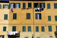 La lavanderia pende dalle finestre a Siena, Italia Fotografia Stock
