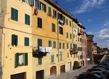 La lavanderia pende dalle finestre a Siena, Italia Immagini Stock