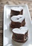La lave de chocolat durcit sous forme de coeur image stock