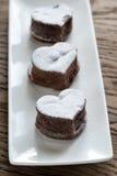 La lave de chocolat durcit sous forme de coeur Photos stock