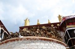La leña de los templos del budismo tibetano fotografía de archivo libre de regalías