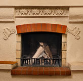 La leña en fuego de la chimenea? A se está ardiendo feliz en la chimenea Fotos de archivo