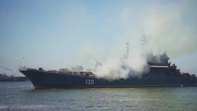 La leña militar de la embarcación alcanza gran altura rápida y súbitamente durante un desfile al día de la marina de guerra rusa almacen de video