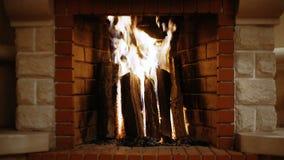 La leña quema en la chimenea, cosiness, la Navidad metrajes