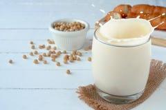 La leche caliente de la haba de la soja con el chino frió los palillos de la pasta Fotografía de archivo