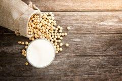 La leche de soja sana contiene muchas vitaminas Imagen de archivo