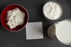 La leche observa la maqueta de la crema agria del requesón imagen de archivo