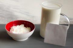 La leche observa la maqueta del requesón Foto de archivo libre de regalías