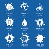 La leche salpica el sistema del logotipo Etiquetas con descensos y manchas para las granjas lecheras el producto natural stock de ilustración