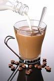 La leche vertió en el café Imagen de archivo